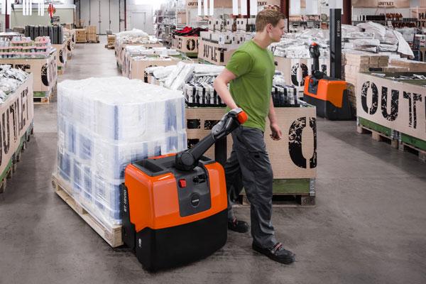Employé logistique qui utilise un transpalette électrique Toyota pour déplacer ses marchandises