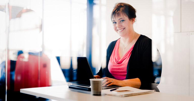 Femme assise à son bureau